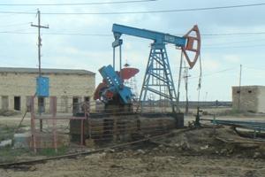 En av flera hundra aktiva oljepumpar i Baku, Azerbajdzhan